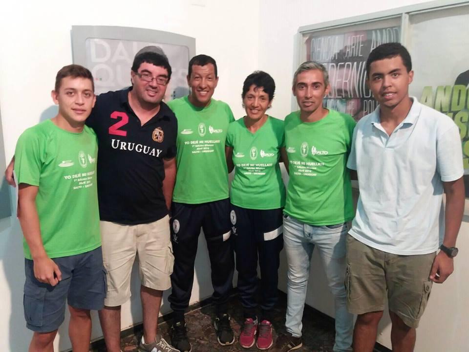 El grupo Alianza Corredores de Salto junto a EL PUEBLO  contando los  detalles de los 5 K del próximo 11 de febrero
