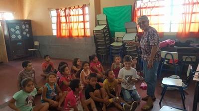 María Luisa de Francesco en plena tarea con los niños de la Escuela 88