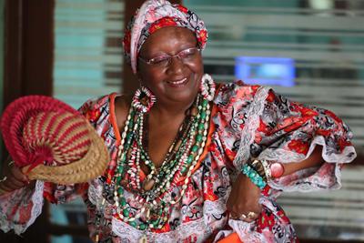 """Fotografía del 30 de enero de 2018, que muestra a la """"mama vieja"""" Esther Petrona Arrascaeta durante una entrevista con Efe, en su casa de Montevideo (Uruguay). Mientras que centenas de bailarinas y vedetes se llenan hoy y mañana de lentejuelas y plumas para el desfile de Llamadas del Carnaval de Montevideo, decenas de """"mamas viejas"""" y """"gramilleros"""" se ponen enaguas, trajes y corbatas para interpretar estos icónicos y ancestrales personajes del candombe. Esther Petrona Arrascaeta salió a los 8 años como mama vieja acompañando a su padre -que hacía de gramillero- en el primer desfile oficial de Llamadas que organizó la Intendencia de Montevideo, en 1956. EFE/Raúl Martínez"""