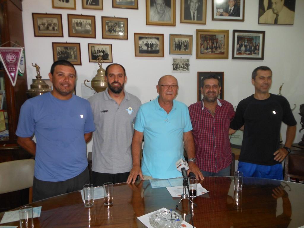 Emanuel Priario, Valentín Luzuriaga, Daniel Schiavi, Martín Biasini y Carlos Prati  a todo básquetbol en Salto Uruguay