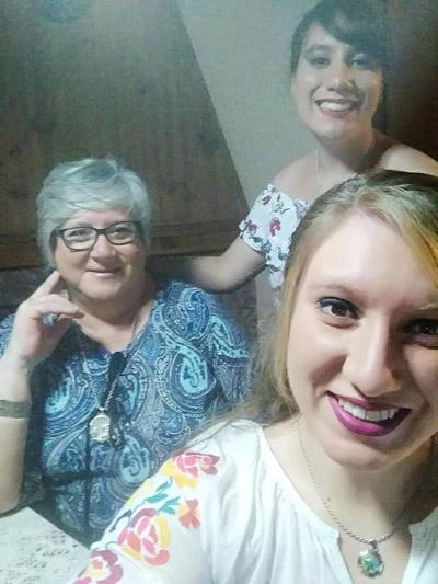 Elizabeth Nessi junto a sus hijas Andreina (medio) y Eugenia. Una familia comprometida en salir adelante siempre