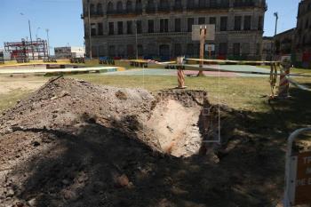 Vista de las excavaciones donde se encontraron estructuras arqueológicas que datan de los siglos XVIII y XIX, el 6 de febrero de 2018, en la plaza de Deportes número uno de Montevideo (Uruguay), en la Ciudad Vieja de la capital. EFE/Alejandro Prieto