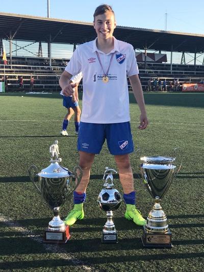 Juan Manuel Laxague junto a las copas ganadas en Chile