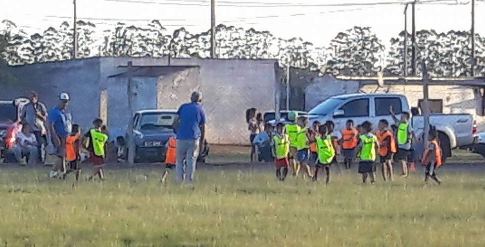 Una postal de la práctica de baby fútbol de Liga Agraria en el Vispo Mari
