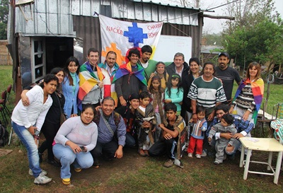 Parte de la Comunidad Betum. Olivera es el sexto contando de izquierda a derecha, con una bandera atada a su cuello (parado).