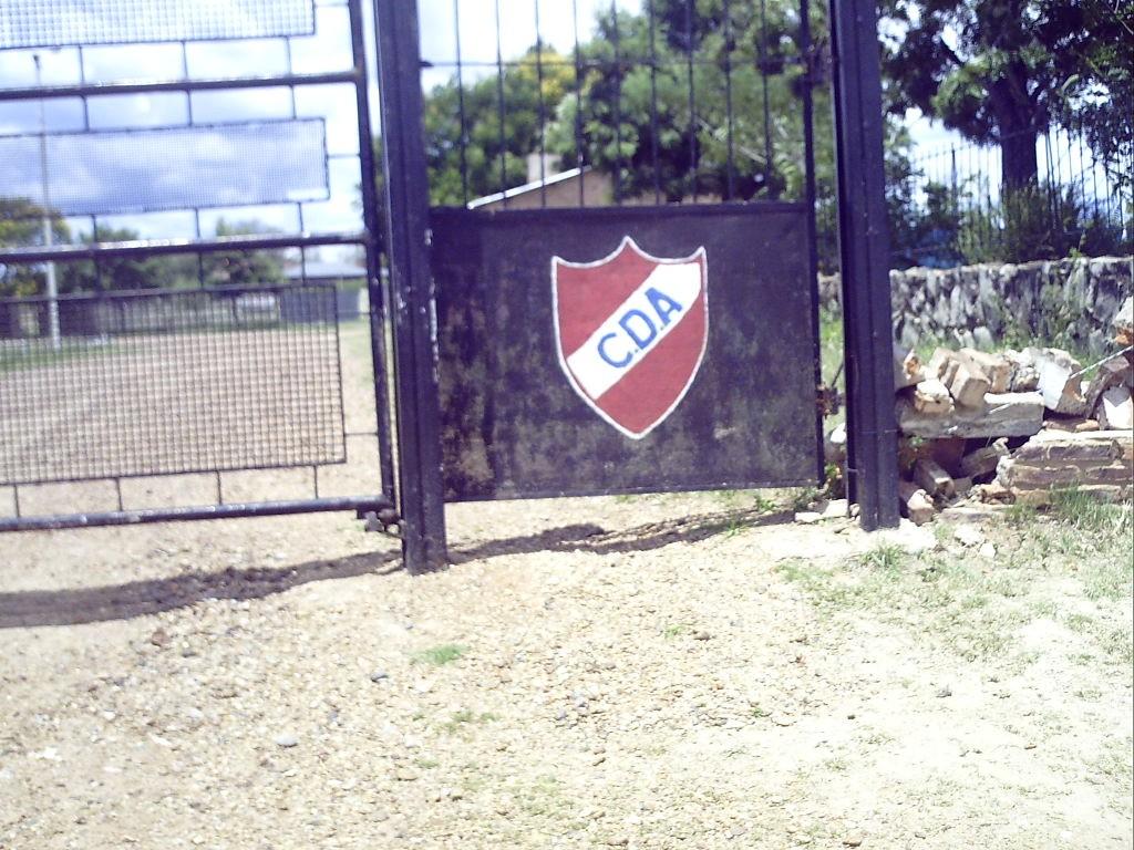 El acceso a la cancha. El complejo deportivo conquistado.
