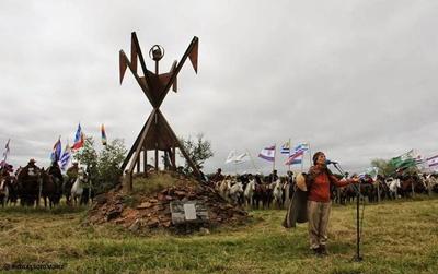 Todos los años el 11 de abril se recuerda el  genocidio de los Charrúas en Salsipuedes.