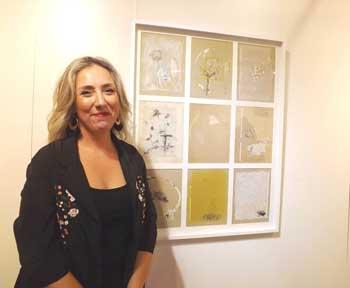 La artista junto a otra de sus obras