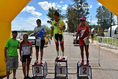 El podio en la categoría Damas Elite con la salteña Alba Peruchena  en lo más alto el pasado domingo en el MTB de la Costa