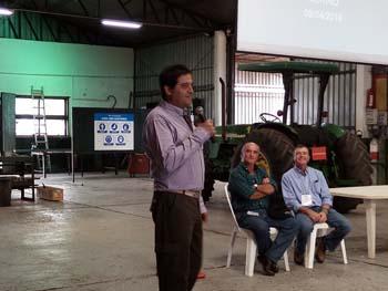 Diego Otegui realizando su presentación al comienzo de la jornada
