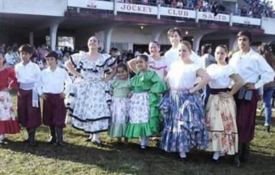 Silvia con el Grupo Huellas de Colonia Lavalleja