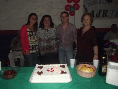 Adriana Martinez cortar sra de la derechay torta