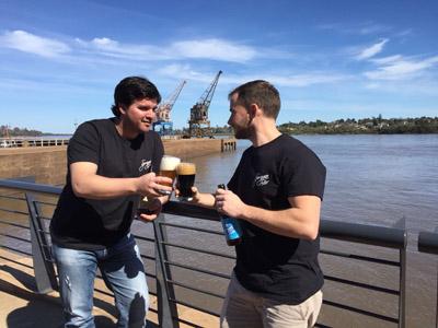 INFORME - springen bier 2 - Dos de los socios degustando su cerveza artesanal