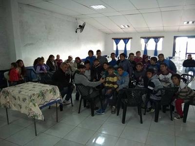 Gente de ONFI junto a las jugadores en Club El Espinillar posando para el diario