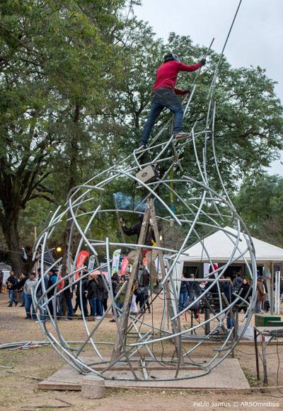 Diego Santurio en pleno montaje de su obra en la Bienal Internacional de Resistencia - Chaco