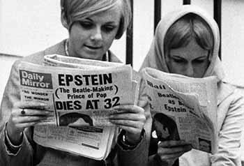 Dos fans de los genios de Liverpool, dando lectura a la portada de Daily Mirror, en el momento del fallecimiento de Brian. 5 - copia