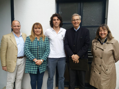 El joven Renzo junto al Rector de la Universidad de Montevideo.. sus padres y autoridades del Colegio Salesiano