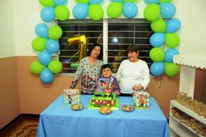 Emiliano junto a sus abuelas Rosario y Alicia