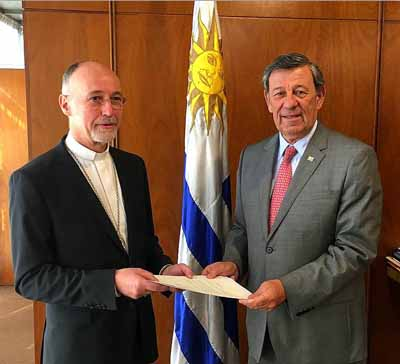 Nuncio apostólico presenta cartas figuradas ante el canciller uruguayo