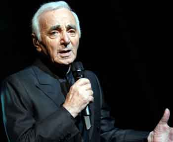 Charles Aznavour interpretando. 1