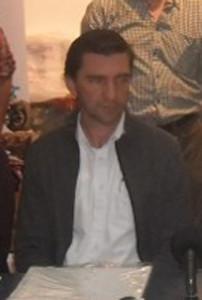 Carlos Lura, favor recortar(sentado de campera gris)