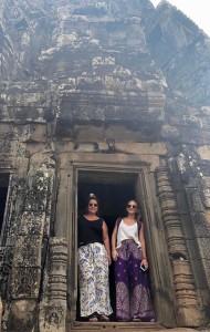 Florencia y María Pía en un templo de camboya, en uno de los templos mas importantes Angkor Wat