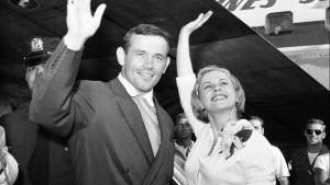Junto al director Ingemar Johansson, en New York's Idlewild Airport, 1959. 4
