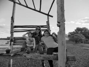 Cecilia Eguiluz y sus hijas