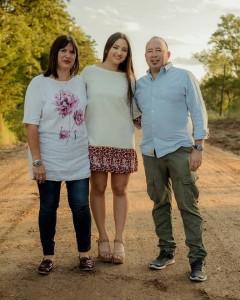 Irén junto a sus padres Noel Arrúa y Horacio Maldonado