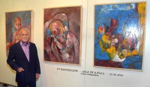 El artista junto a algunas obras. Foto de Omar Balderrín