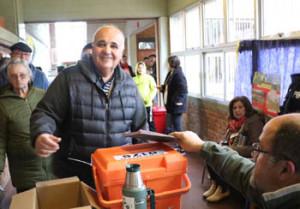 Blardoni: el candidato blanco a la Intendencia votó ayer por la mañana en la Escuela 111 del Cerro.