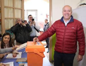 El senador Germán Coutinho votó en la mañana en el Colegio Sagrada Familia