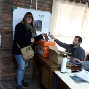 María Eugenia Almirón: la dirigente del herrerismo en Salto votó en la Escuela Nº3