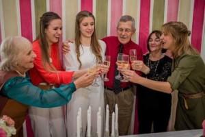 Fiorella con su mamá, su hermana y sus abuelos, Teresita, Ruben y Magdalena