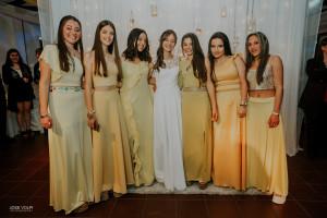 con sus amigas todas con vestidos amarillos(2)