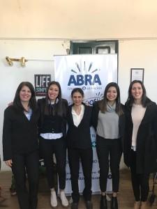 Gabriela con su grupo de compañeras de trabajo