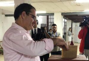 Miguel Feris votando ayer por la mañana, anoche encabezaba preferencias coloradas (Foto: Tiempo de Noticias)