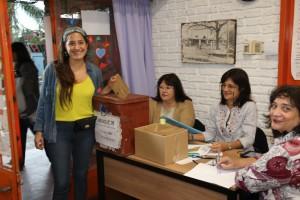 Manuela Mutti, votó en la Escuela 105