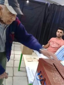 Cecino de Villa Constitución de 100 años de edad votando