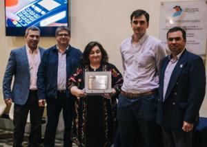 Integrantes del Centro Comercial, Alberto Venturini, Leonadro Boruchovas, Guillermo Luzardo y Atilio Minervine entregan plaqueta a la directora de Diario El Pueblo
