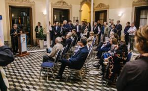 Juan Andrés Burutarán dando los fundamentos de los reconocimientos a las empresas de larga trayectoria