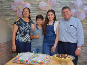 Sofía junto a sus padres  y  hermano