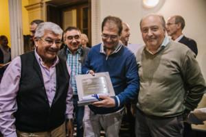 Directivos de Cosalco reciben plaqueta por los 60 años de vida de dicha Cooperativa