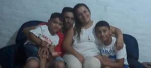 Carol y Nicolás, junto a sus niños