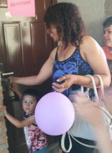 Judith ingresando a su casa luego de el sorteo