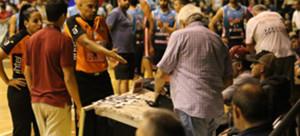 Momento posterior a la suspensión del partido por parte de la dupla arbitral integrada por los colegiados capitalinos Adrián Vásquez y Valentina Dorrego anoche en el estadio poli deportivo de Ferro Carril.