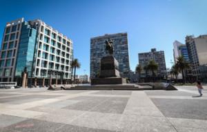 Fotografía tomada el pasado 20 de marzo en la que se registró a una mujer al caminar por la desolada Plaza Independencia, uno de los sitios turísticos más visitados de Montevideo (Uruguay). EFE/Federico Anfitti/Archivo