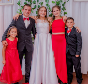 Anny con sus hermanos Pablo,Ignacio,Abril y Natasha