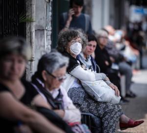 Personas que hacen fila afuera de un banco donde pagan jubilaciones y planes sociales, en Buenos Aires (Argentina). EFE/Juan Ignacio Roncoroni/Archivo