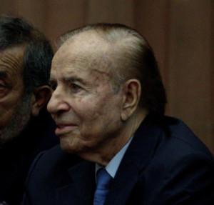 El expresidente argentino Carlos Menem avanza en su mejoría por una neumonía